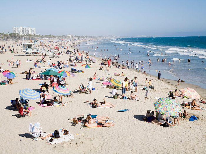 Les plages et piscines font partie des endroits où vous êtes le plus à risque de contracter le coronavirus.