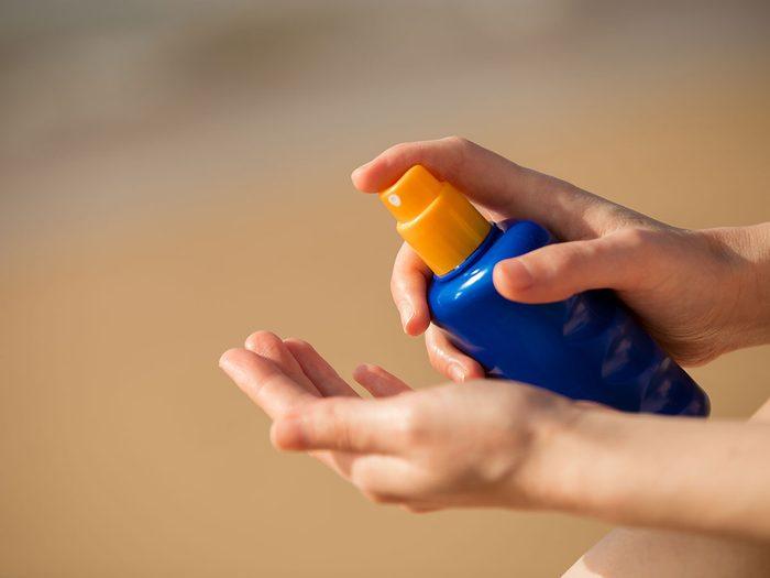 Voici 9 endroits que vous oubliez de protéger avec la crème solaire.