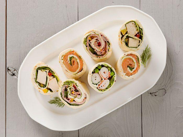 Manger un wrap sandwich pour un déjeuner santé.