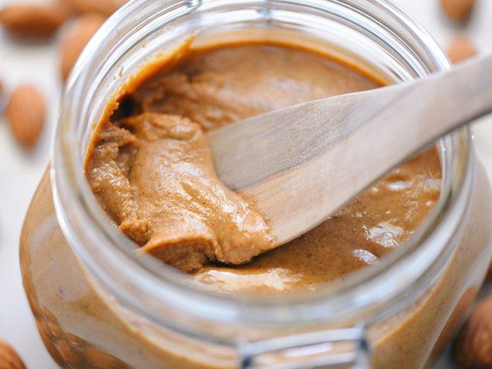 manger du beurre d'amande pour un déjeuner santé.