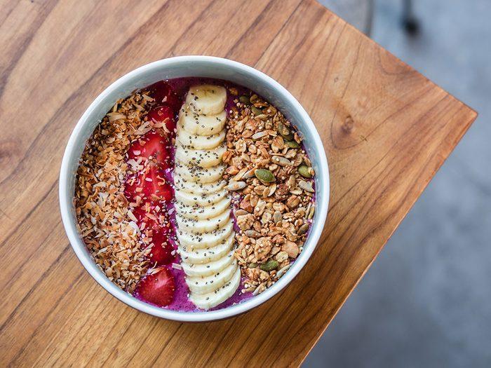 Préparer un bol à smoothie aux baies d'açaï pour un déjeuner santé.