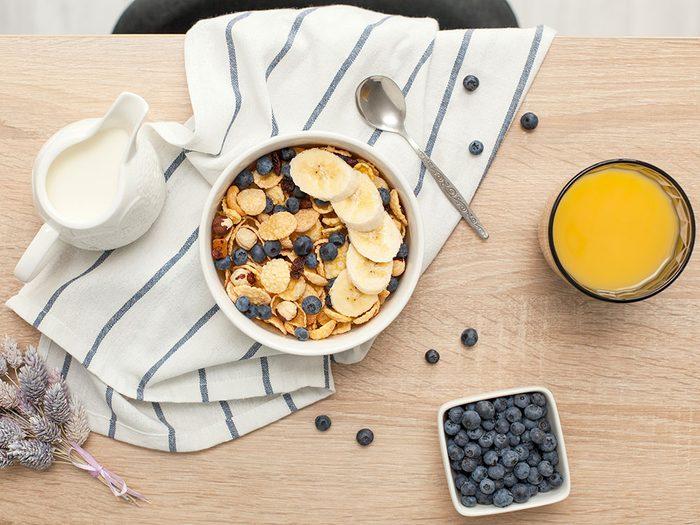 Des céréales riches en fibres et à faible teneur en sucre pour un déjeuner santé.