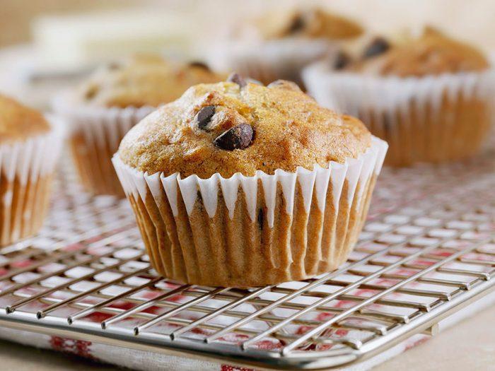 Manger un muffins aux pépites de chocolat et aux bananes pour un déjeuner santé.