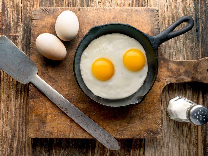Manger des œufs pour un déjeuner santé.
