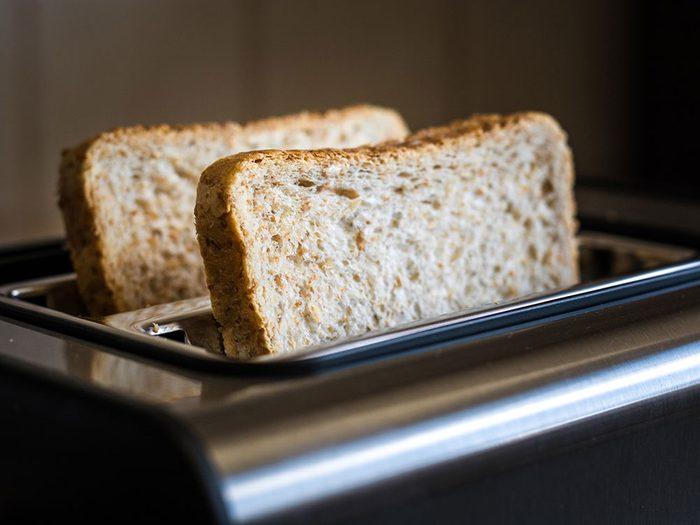 Manger du pain grillé à grains entiers pour un déjeuner santé.