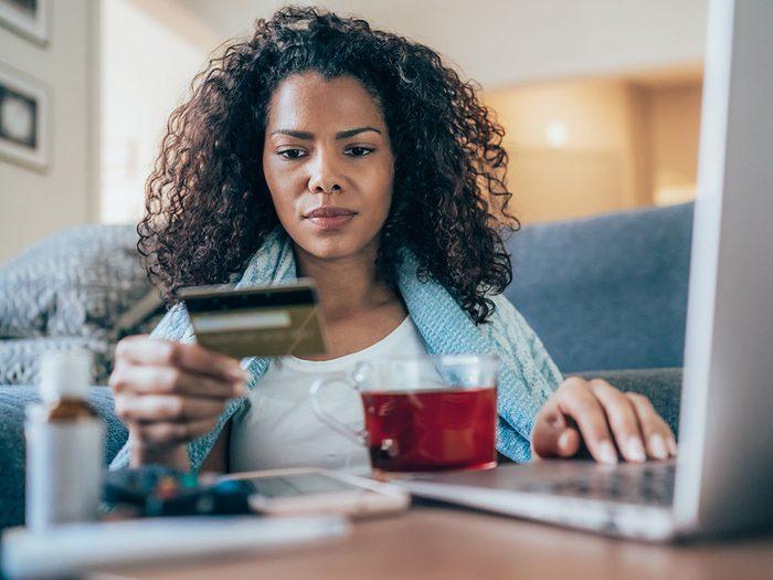 Ne pas dépendre des cartes de crédit plutôt que des fonds d'urgence pour économiser de l'argent.