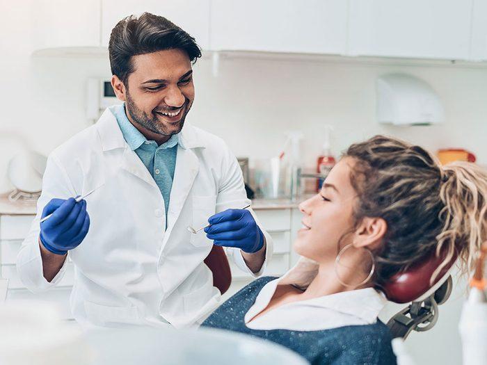 N'éviter pas les visites chez le dentiste pour économiser de l'argent.
