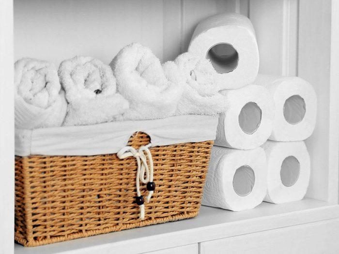 Changer les serviettes de bain pour entretenir la maison.