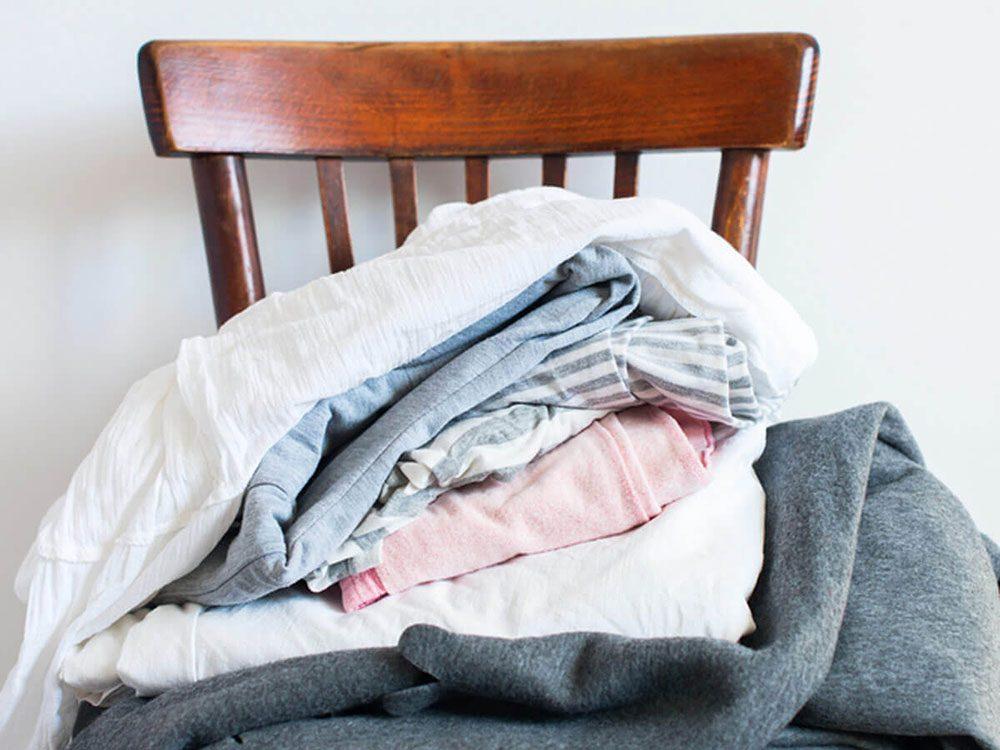 Vider le «vide-poches» et le tas de vêtements pour entretenir la maison.