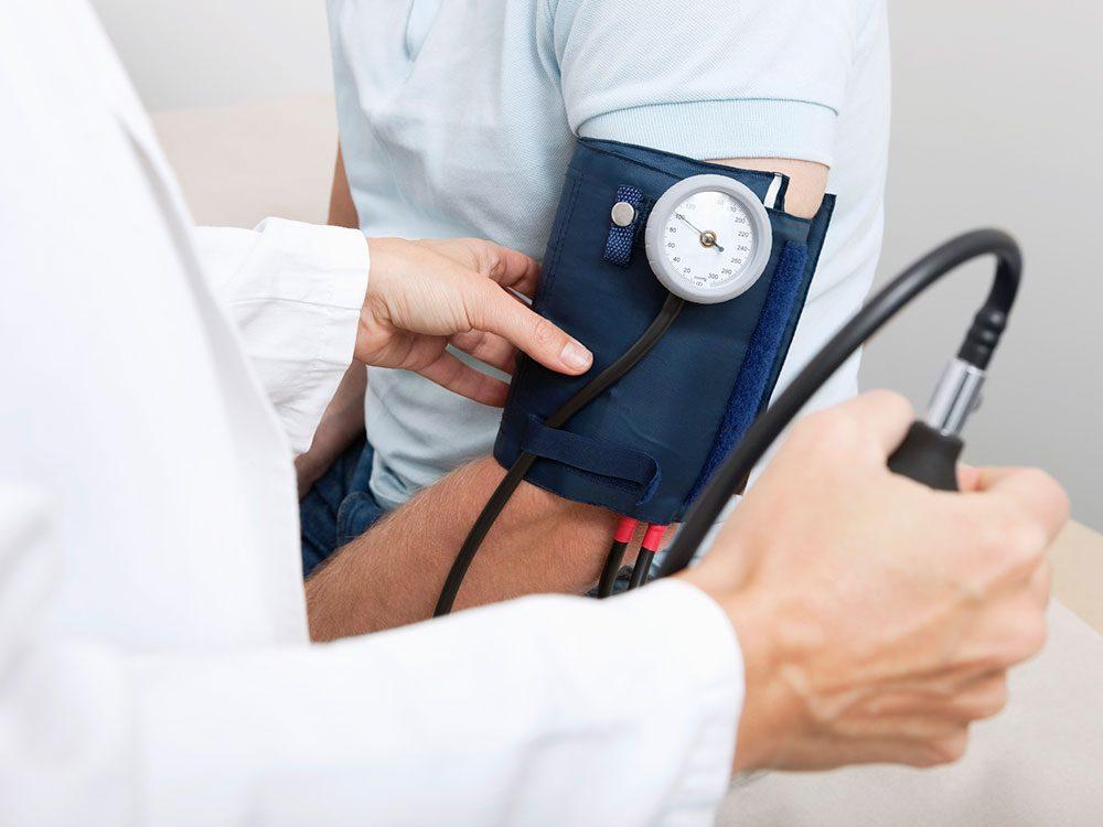 L'hypotension peut causer des étourdissements.