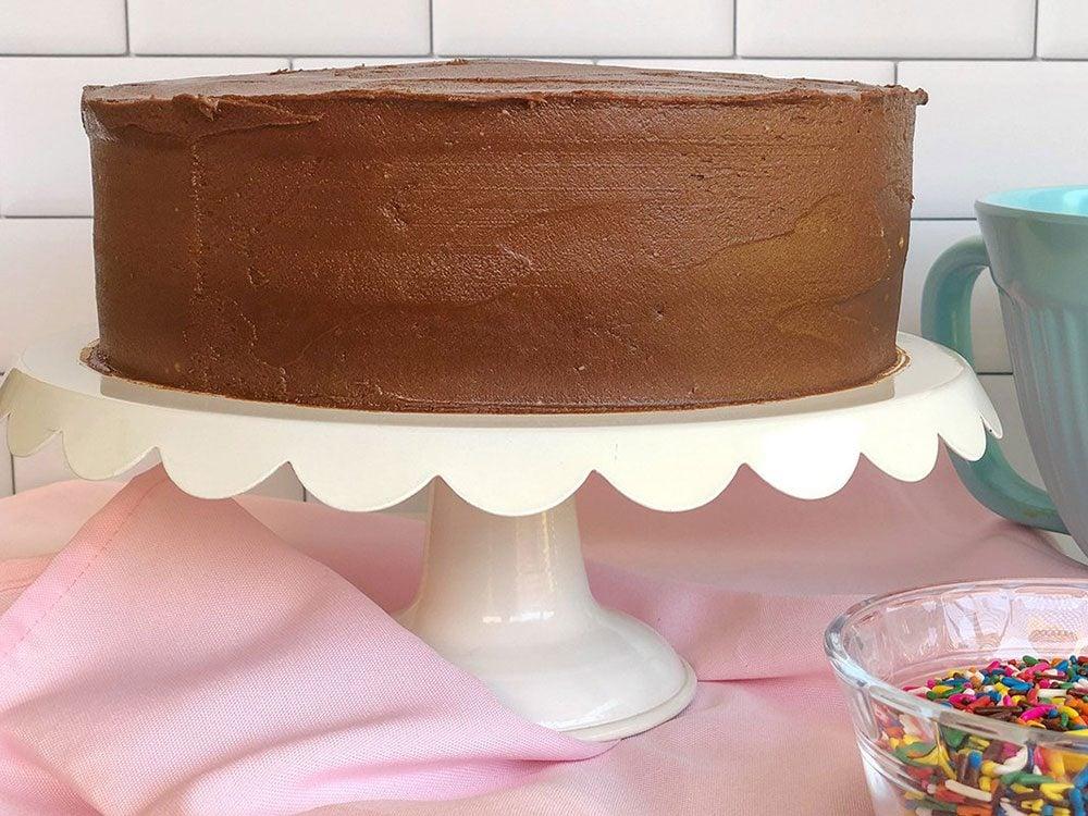 Décorer le gâteau d'anniversaire végétalien.