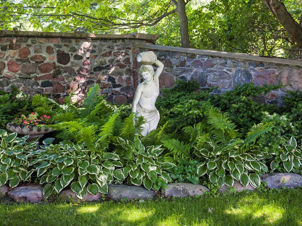 Incorporer divers types d'hostas dans le décor pour éclaircir les zones ombragées.