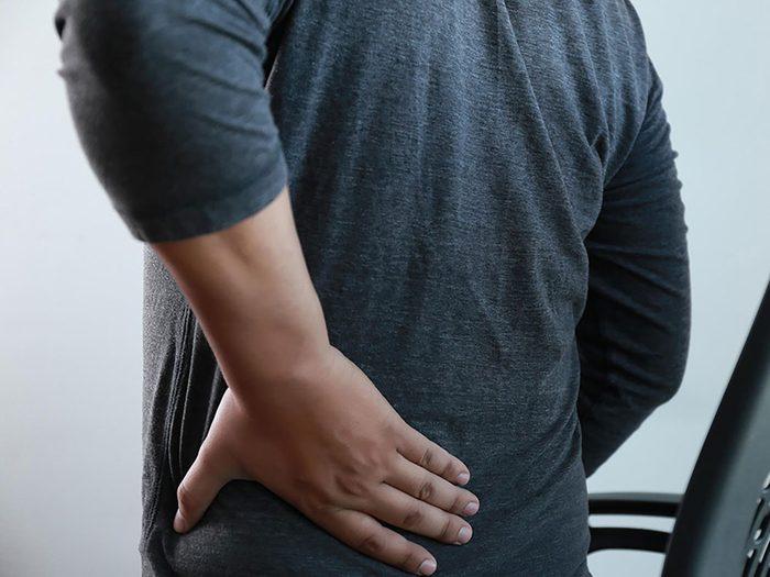 Une douleur dans le dos peut indiquer une infection rénale.