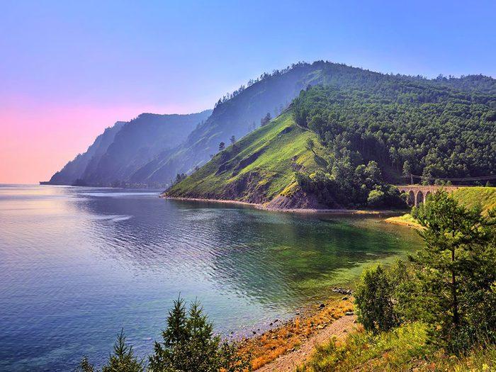 Le lac Baïkal, en Russie, dont l'eau est claire.
