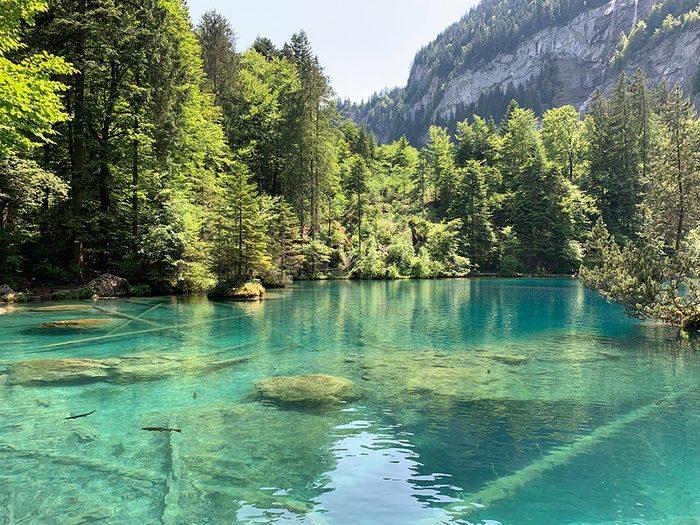Le lac Blausee, en Suisse, dont l'eau est claire.