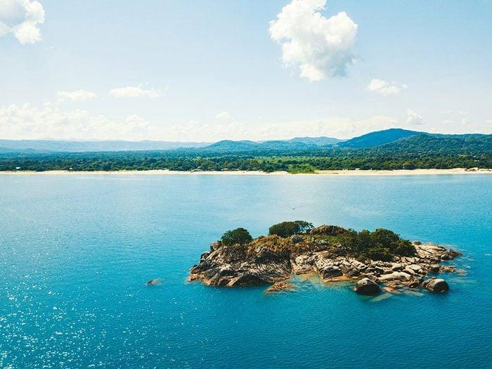 Le lac Malawi, dont l'eau est claire.