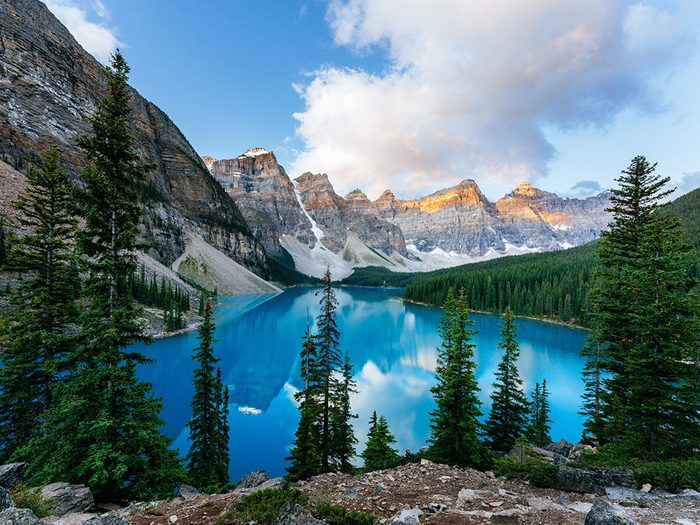 Le lac Moraine en Alberta, au Canada, dont l'eau est claire.