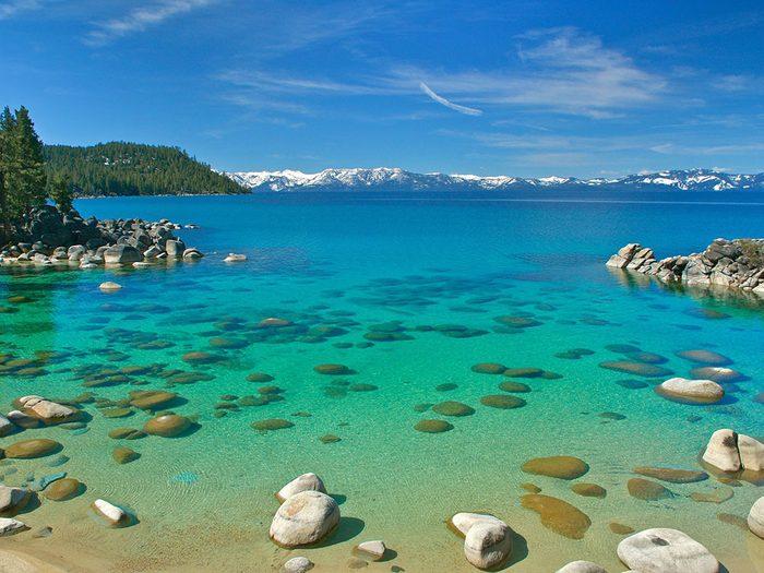Le lac Tahoe, aux États-Unis, dont l'eau est claire.