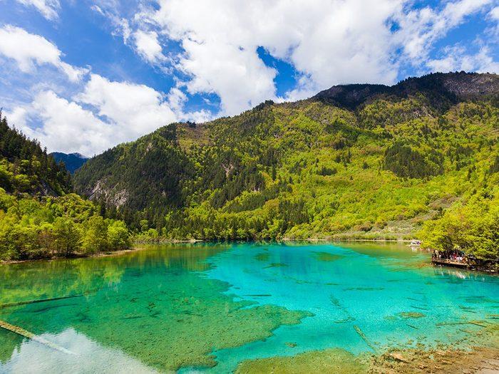 Le lac des Cinq Fleurs, en Chine, dont l'eau est claire.