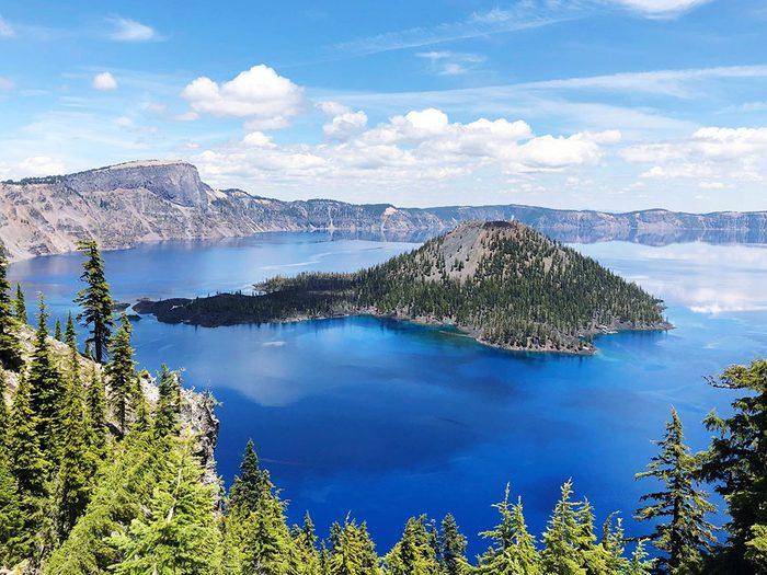 Le lac Crater Lake, dans l'Oregon aux États-Unis, dont l'eau est claire.