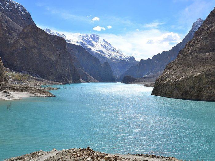 Le lac Attabad, au Pakistan, dont l'eau est claire.