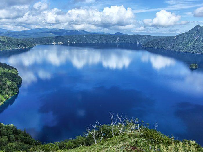 Le lac Mashû, au Japon, dont l'eau est claire.
