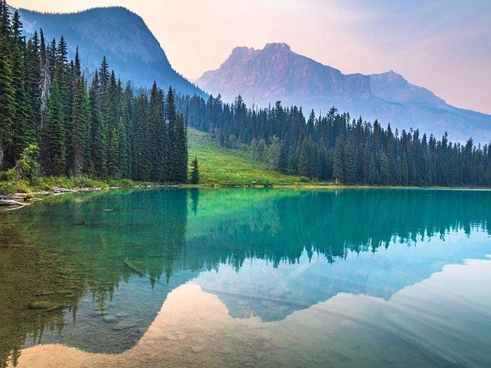 Pourquoi certains lacs ont-ils l'eau si claire?