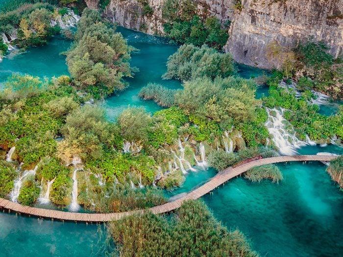 Le parc national des lacs de Plitvice, en Croatie, dont l'eau est claire.