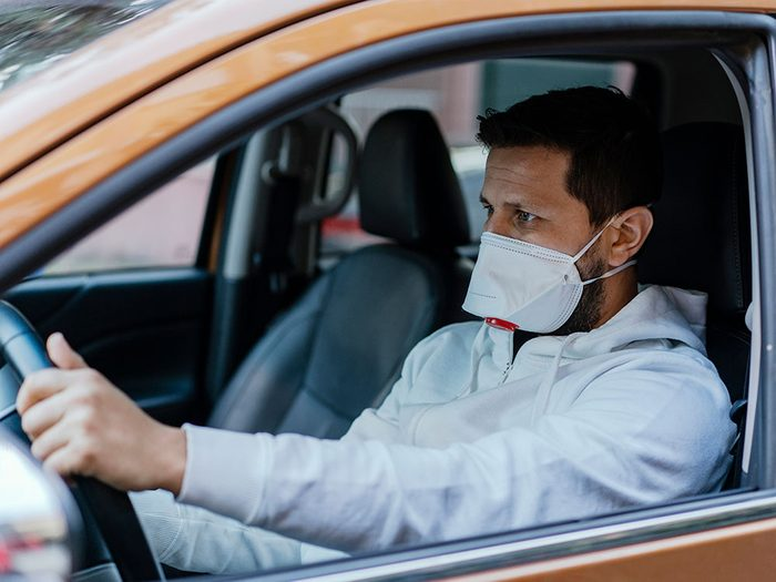 Mettre son masque de protection trop tard.