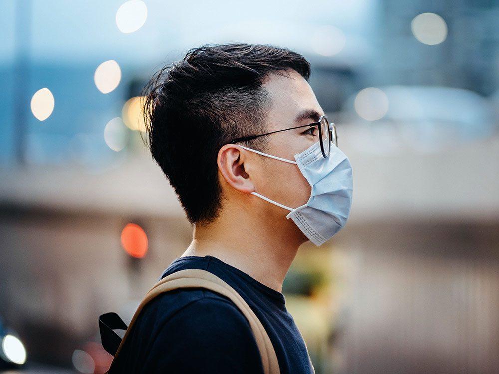 Porter son masque de protection dans le mauvais sens.