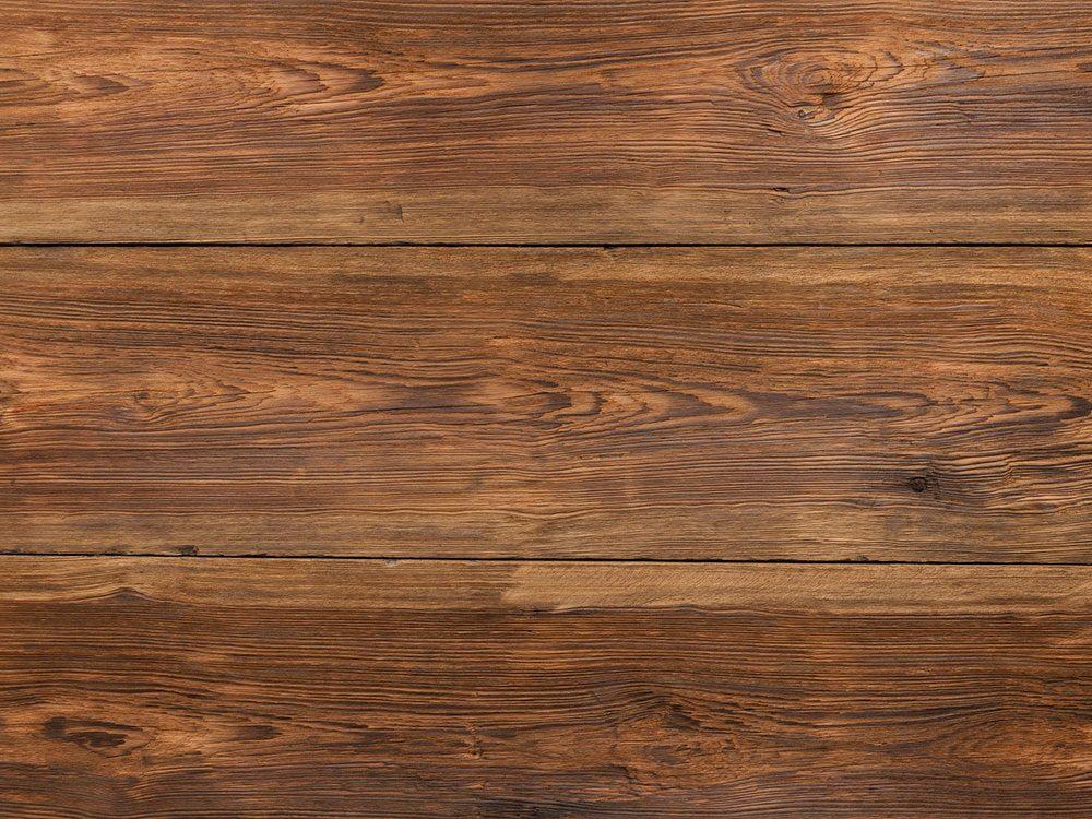 Les planchers en bois franc et planchers laminés font partie des choses qu'on ne devrait jamais nettoyer avec de l'eau.