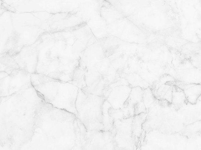 Le marbre est l'une des choses qu'on ne devrait jamais nettoyer avec de l'eau.