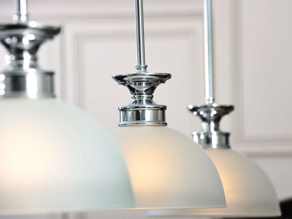 Les luminaires et prises électriques font partie des choses qu'on ne devrait jamais nettoyer avec de l'eau.