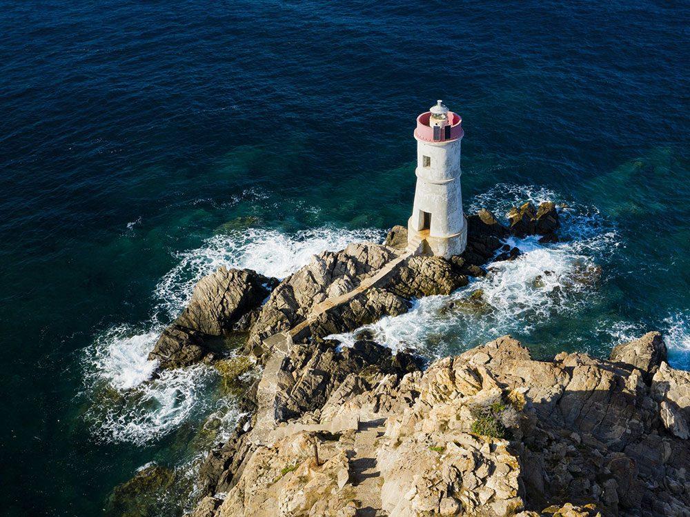 Photo aérienne de drone du phare de Capo Ferro.