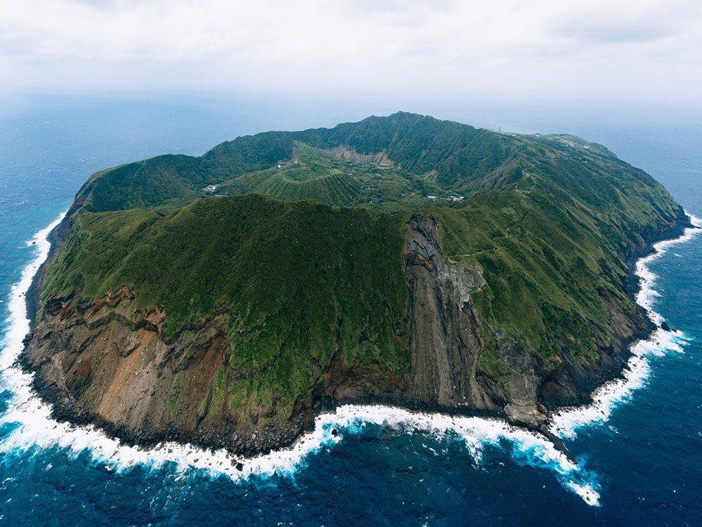 Photo aérienne de drone de l'île Aogashima.