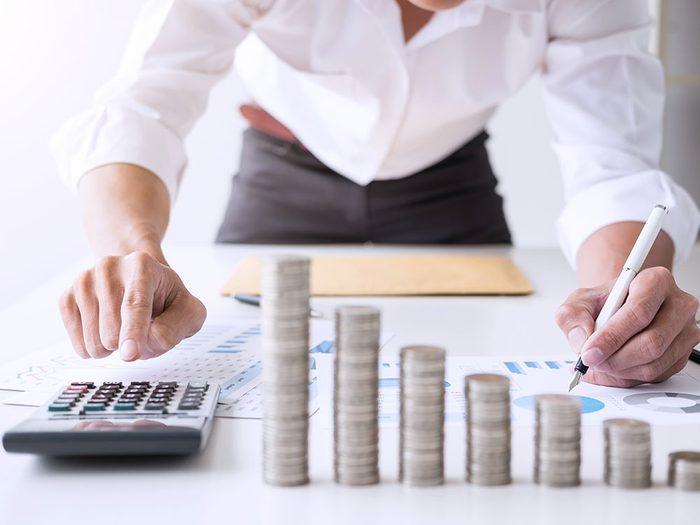 Augmenter les sommes à épargner pour planifier sa retraite.
