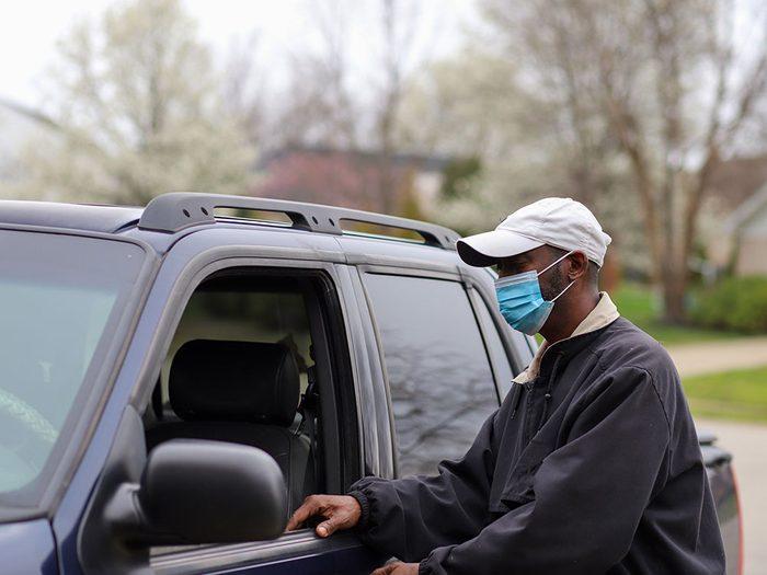 Portez un masque si vous êtes exposé à la pollution intérieure.