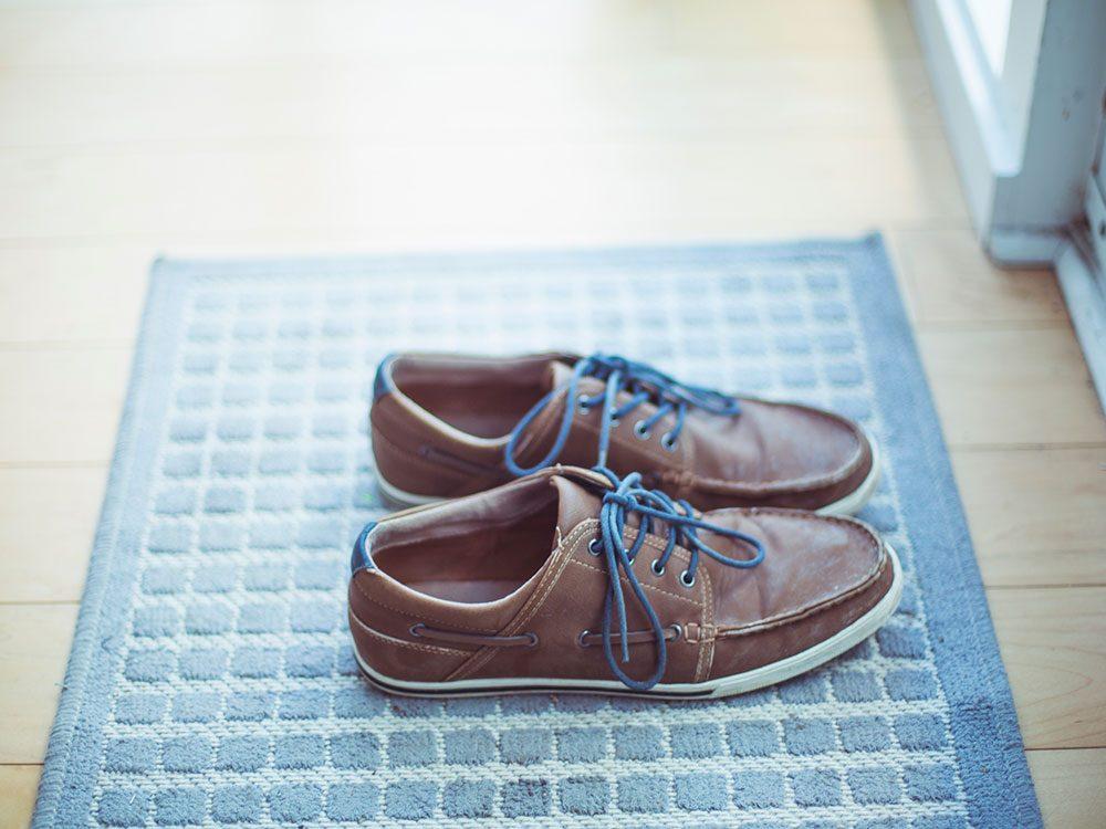 Laisser les chaussures à la porte pour éviter la pollution intérieure.