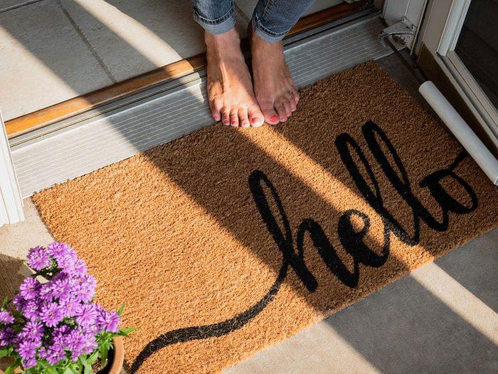 Utiliser des paillassons avec des fibres synthétiques pour éviter la pollution intérieure.