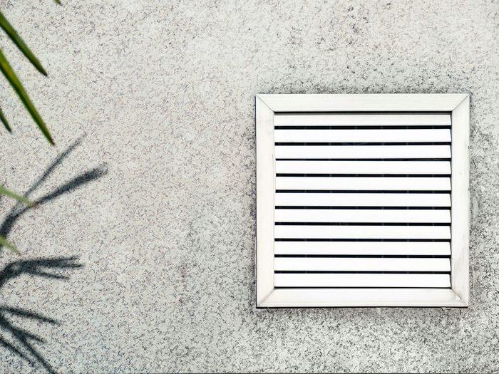 S'assurer que l'air de la sécheuse est ventilé vers l'extérieur pour éviter la pollution intérieure.