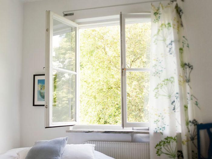 Rafraîchir l'air naturellement pour éviter la pollution intérieure.