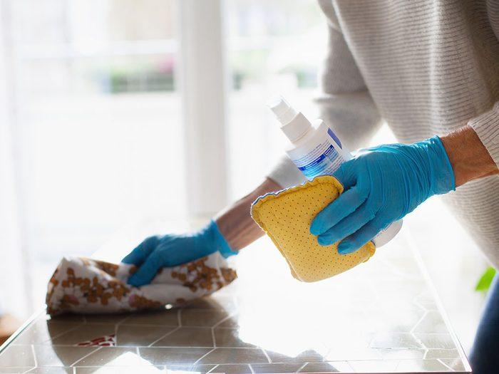 Mieux vaut ne pas être maniaque du nettoyage pour éviter la pollution intérieure.
