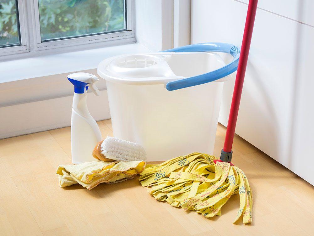 Nettoyer le plateau sous le réfrigérateur pour éviter la pollution intérieure.