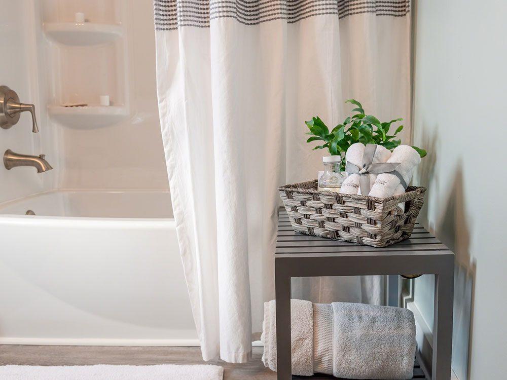 Laver et javelliser le rideau de douche pour éviter la pollution intérieure.