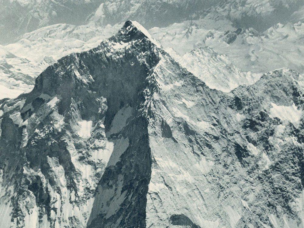 La première fois que l'Everest est photographié en vue aérienne.