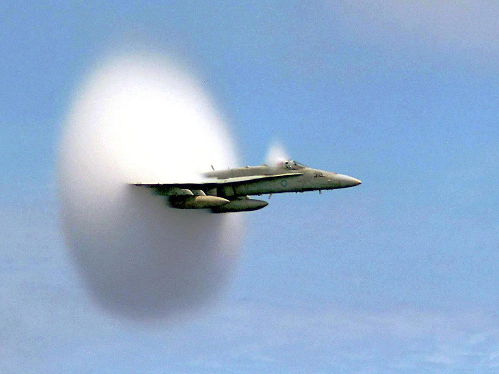 La première fois qu'un avion qui a franchi le mur du son est photographié.