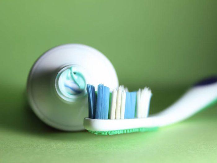 Utilisez un dentifrice au fluorure pour prévenir la carie dentaire.