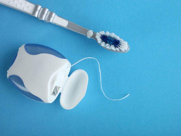 Passez la soie dentaire une fois par jour pour prévenir la carie dentaire.
