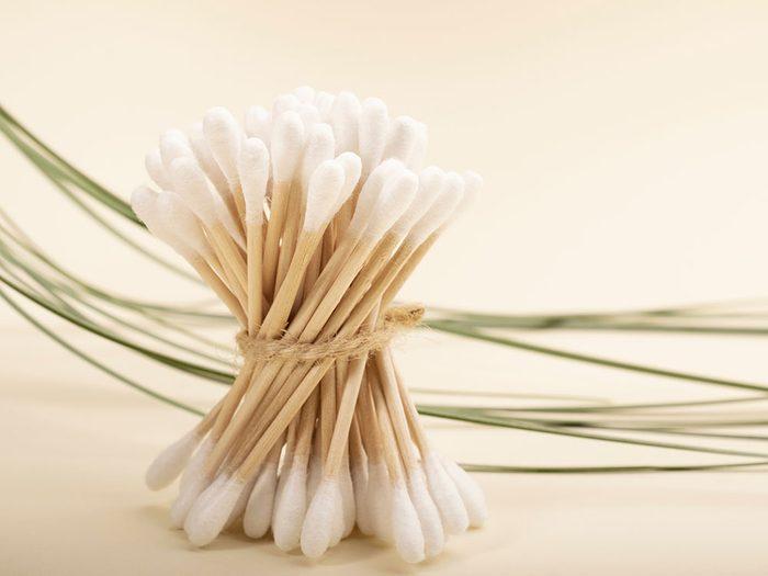 Les coton-tiges réutilisables font partie des produits réutilisables pour réduire sa production de déchets.