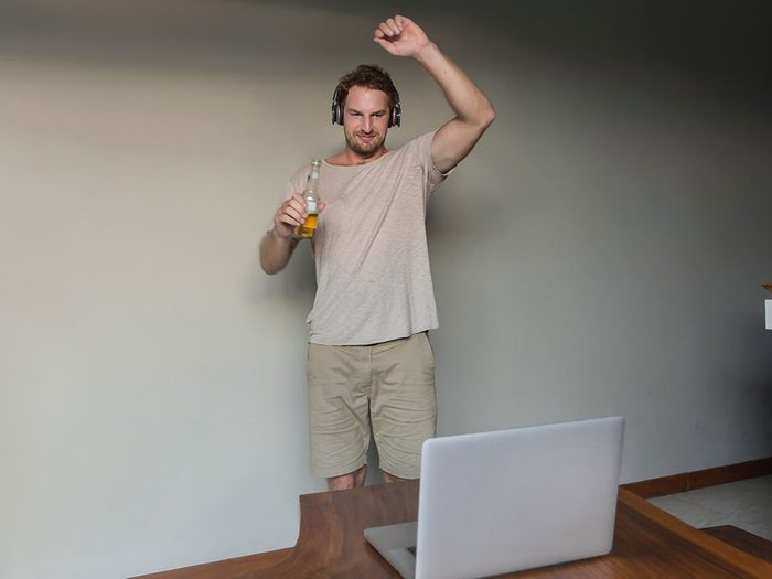 Organiser une soirée de danse virtuelle quand on s'ennuie.